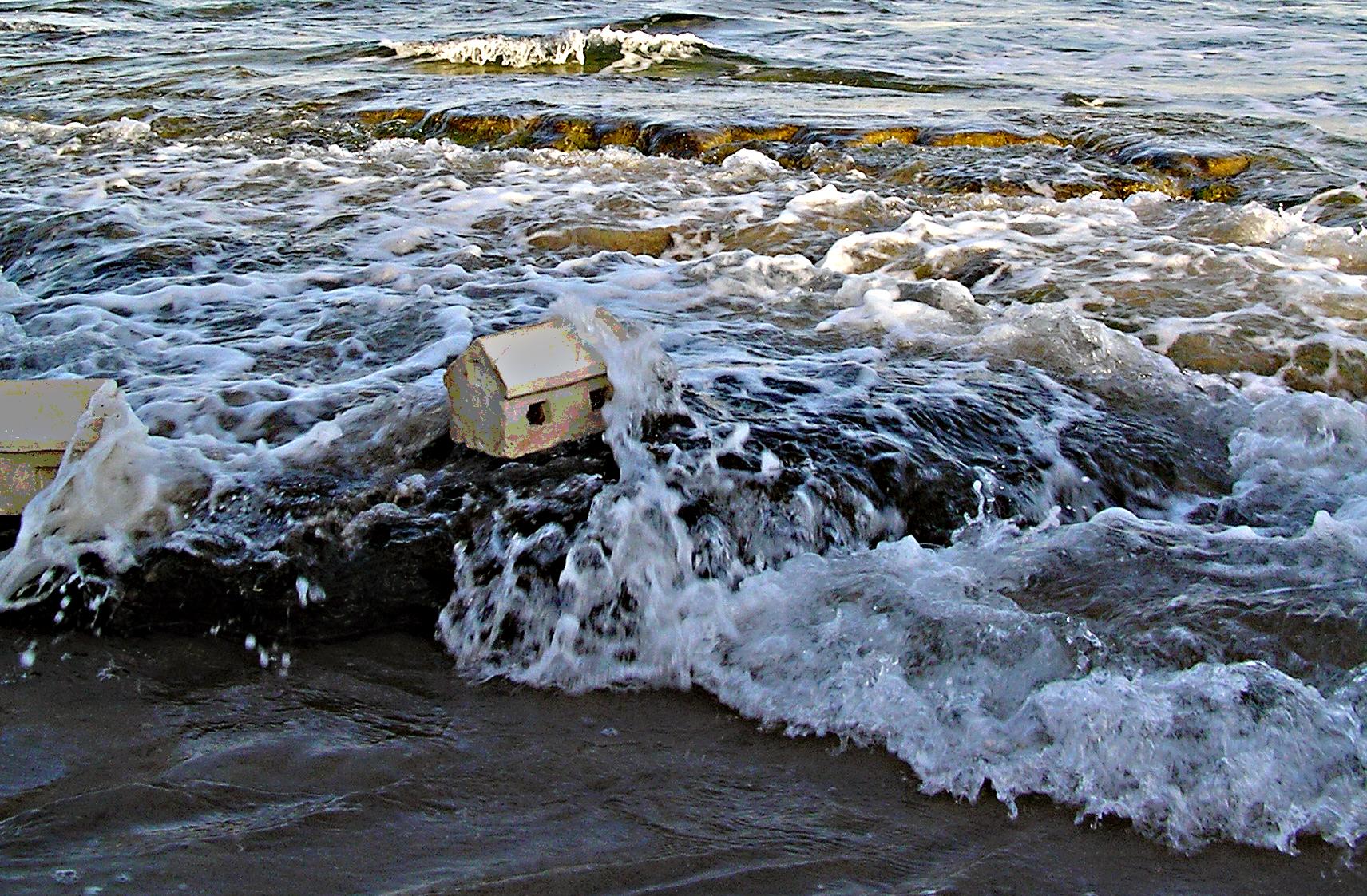 """""""בתים קטנים על חוף הים"""" – יציקת גבס. חוף הצוק בת""""א. 2009"""
